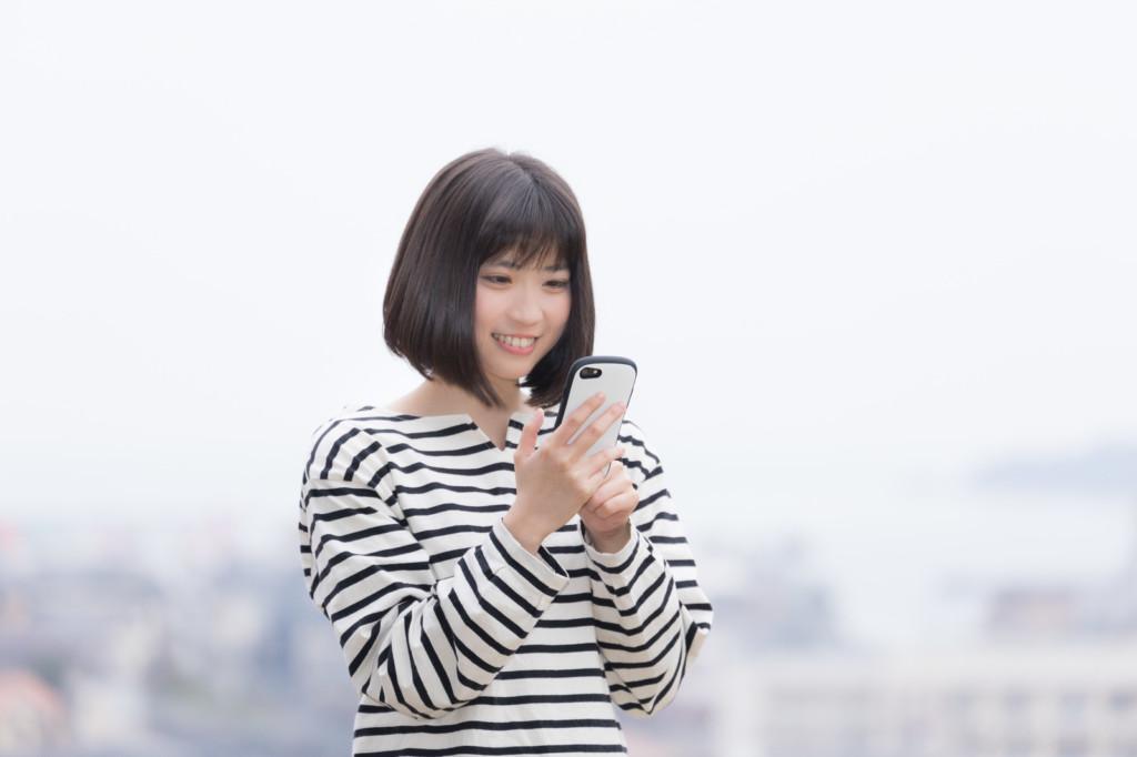 フリマアプリに出品している女性