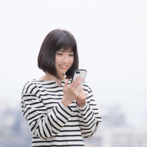 フリマアプリで購入している女性