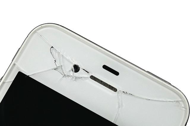 画面割れのあるiPhone